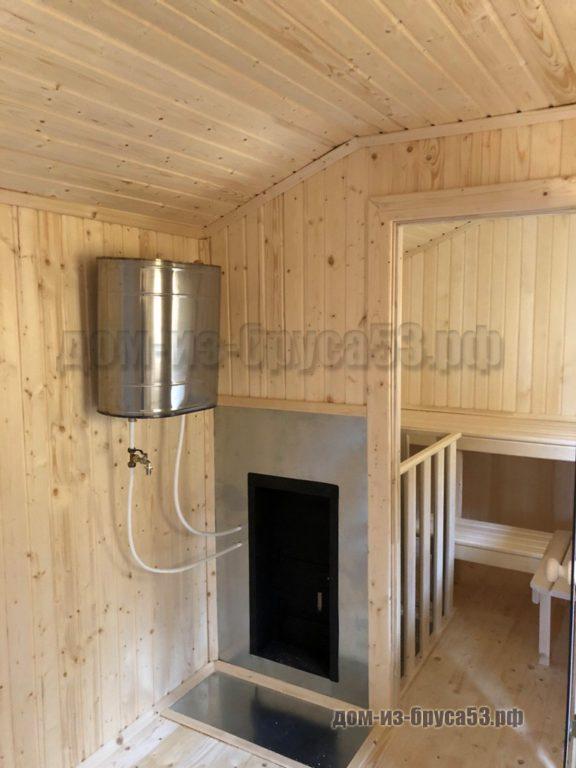 Бак для нагрева воды, подключенный к банной печи в мобильной бани
