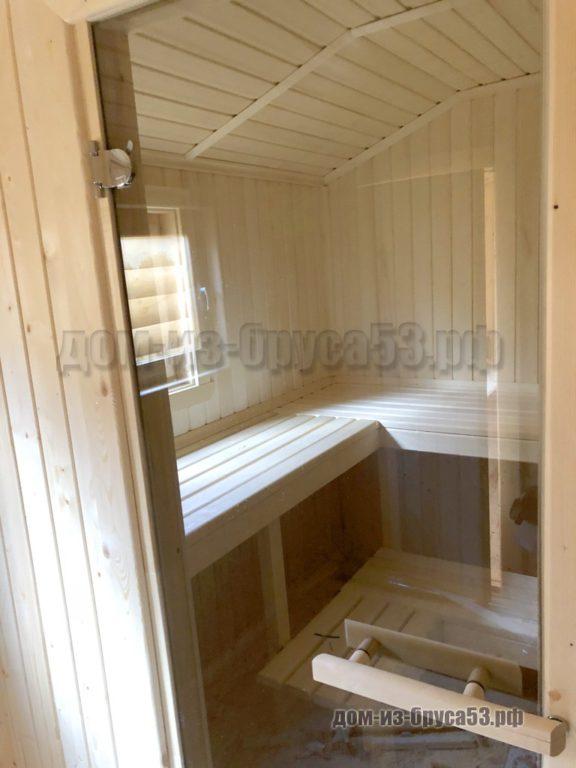 Стеклянная дверь в парную в мобильной перевозной бане