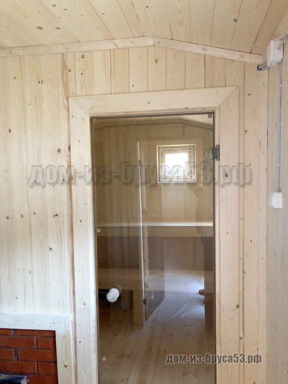 Стеклянная дверь в парную комнату в мобильной бане