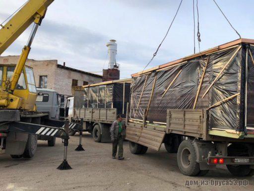 Погрузка мобильной бани для доставки грузовиком.